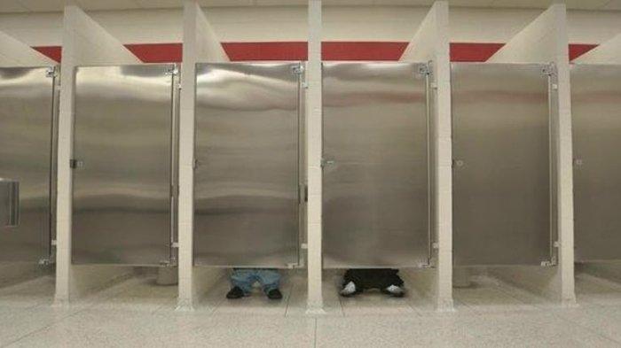 Pintu Toilet Umum Gak Sampai Lantai?