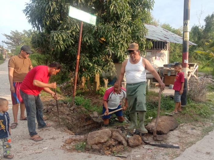 Warga RT 06 Kelurahan Mundam Gotong Royong Cor Gorong-gorong