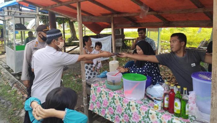 Upika Kecamatan Sungai Apit Bersama Kapolsek Bagikan 300 Masker kepada Masyarakat